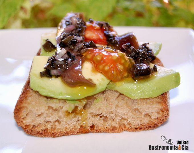 Aguacate con anchoas y vinagreta de aceitunas negras