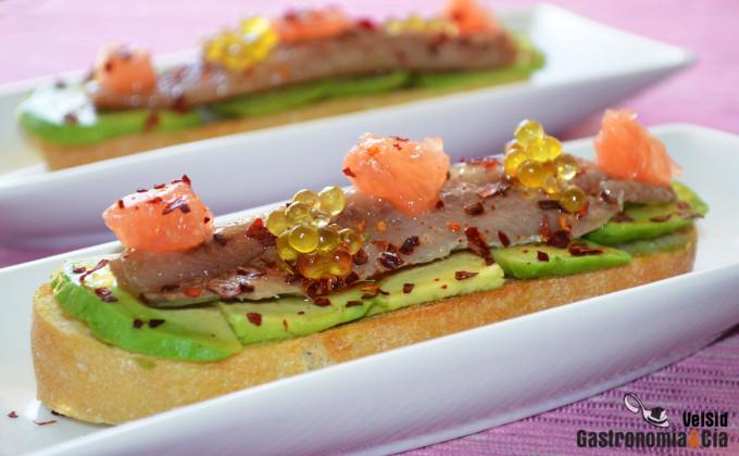 Tosta de aguacate, sardina ahumada y pomelo