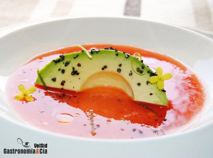 Aguacate con sopa de tomate, lima y sal negra