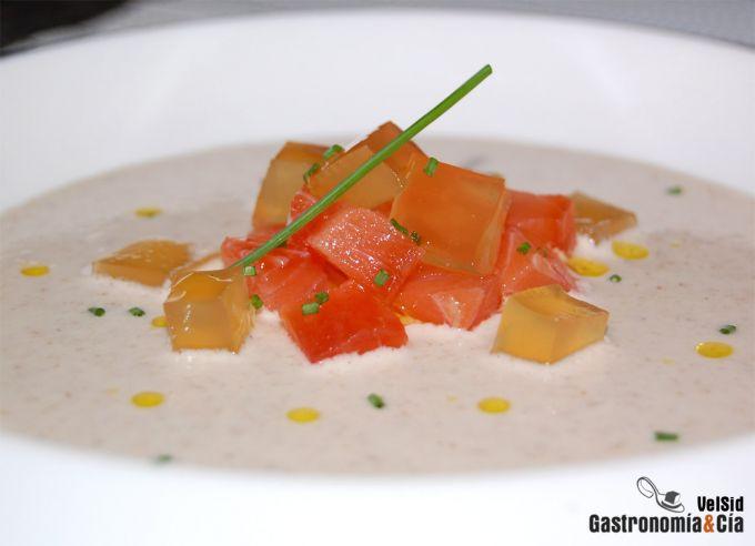 Ajoblanco de chufas con salmón marinado y gelatina de j