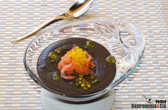 Crema de almendra y ajo negro con salmón ahumado y cavi