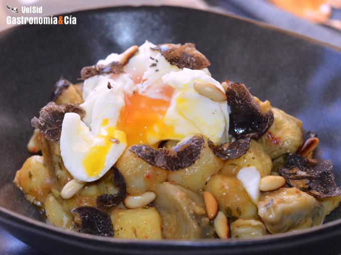 Alcachofas, ñoquis, huevo poché y trufa negra