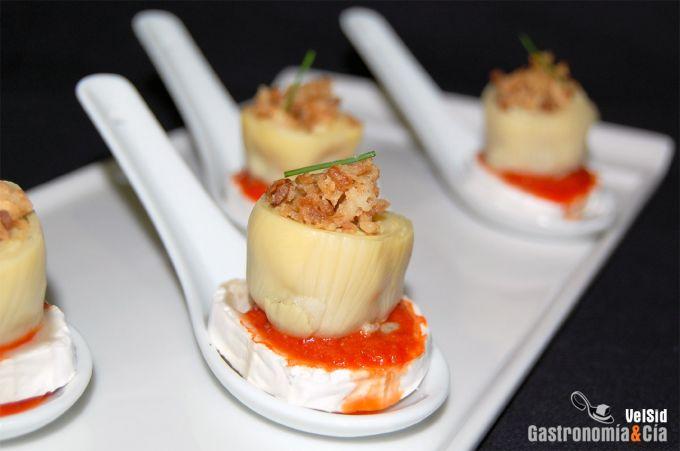 Corazones de alcachofa con queso de cabra y salsa de pi