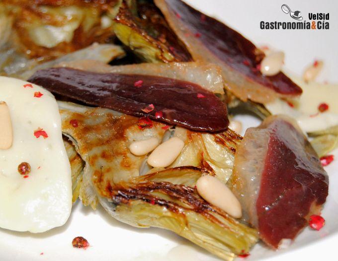 Alcachofas con jamón de pato y scamorza