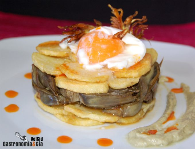 Milhojas de alcachofas y patatas con huevo mollet
