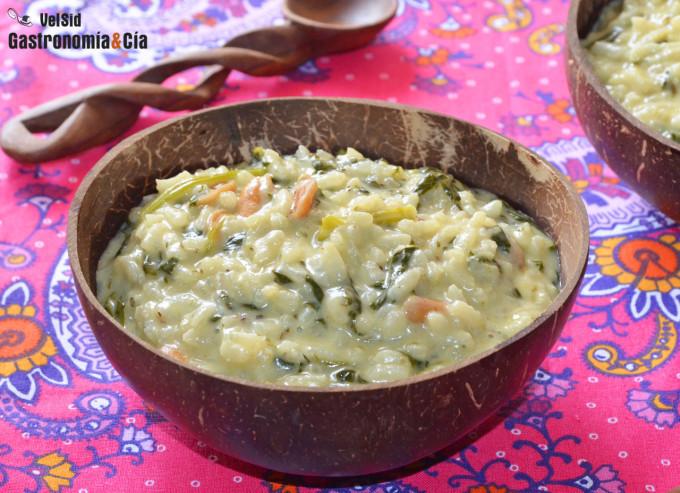 Arroz cremoso de curry verde con espinacas y cacahuetes
