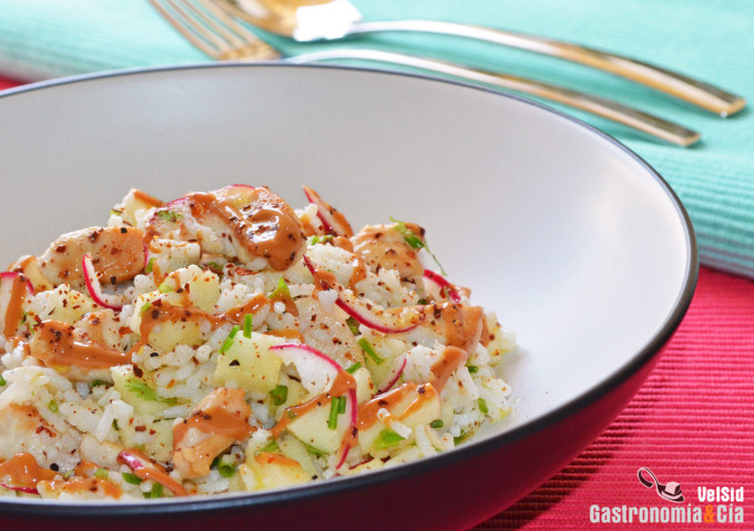 Ensalada de arroz con pollo, manzana y cacahuete