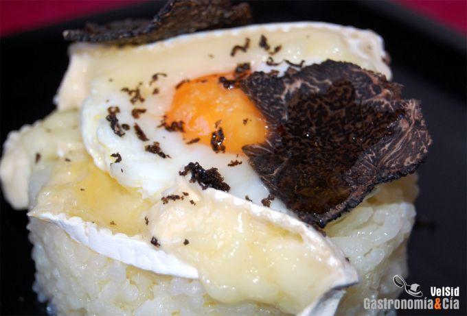 Arroz con huevo trufado y queso brie