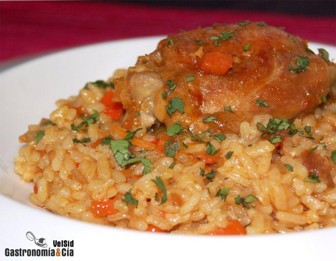 Sirve el arroz con pollo en los platos elegidos y pica el cilantro ...