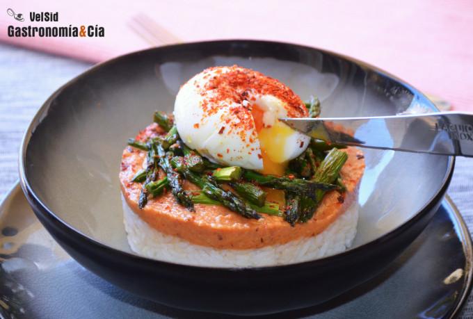 Arroz con espárragos, huevo mollet y salsa romesco