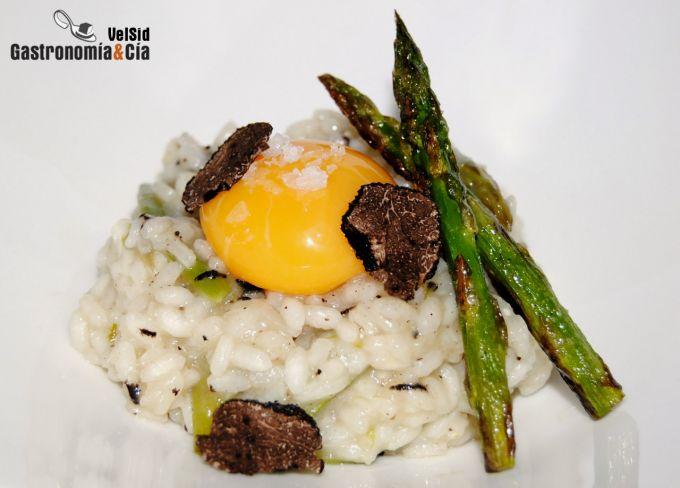 Arroz trufado con espárragos y yema de huevo