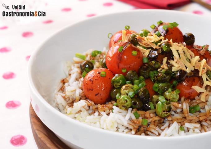 Arroz aromático con guisantes y tomates cherry salteado