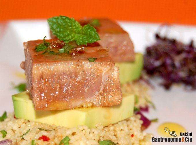 Atún con aguacate y cuscús de jengibre y limón