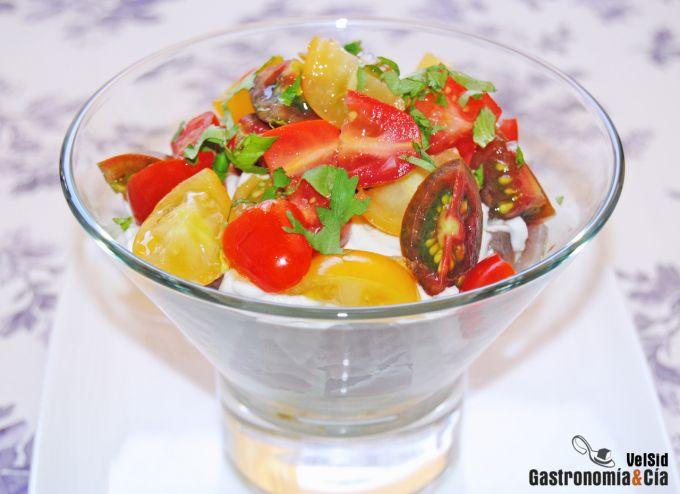 Ensalada de aguacate, atún y tomate con mayonesa de jen