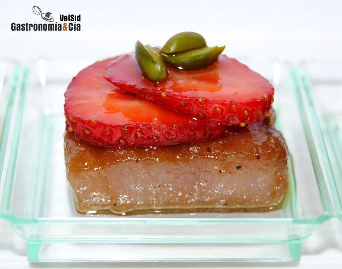 Atún marinado con fresas y pistacho verde