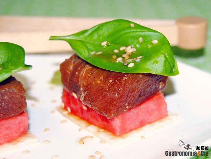 Atún marinado con sandía y albahaca