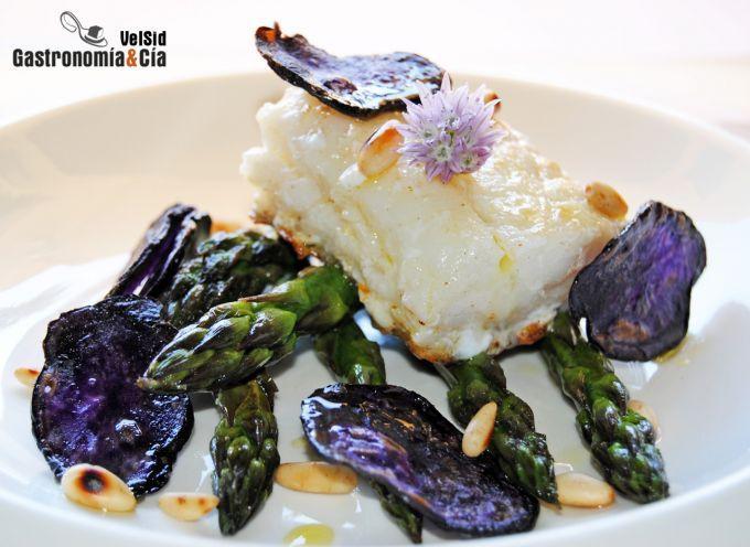 Bacalao con espárragos y chips de patata violeta