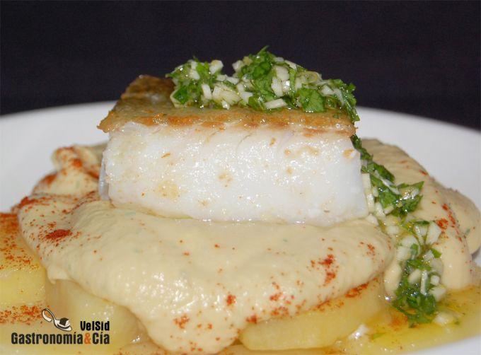 Bacalao con patatas confitadas, hummus y gremolata