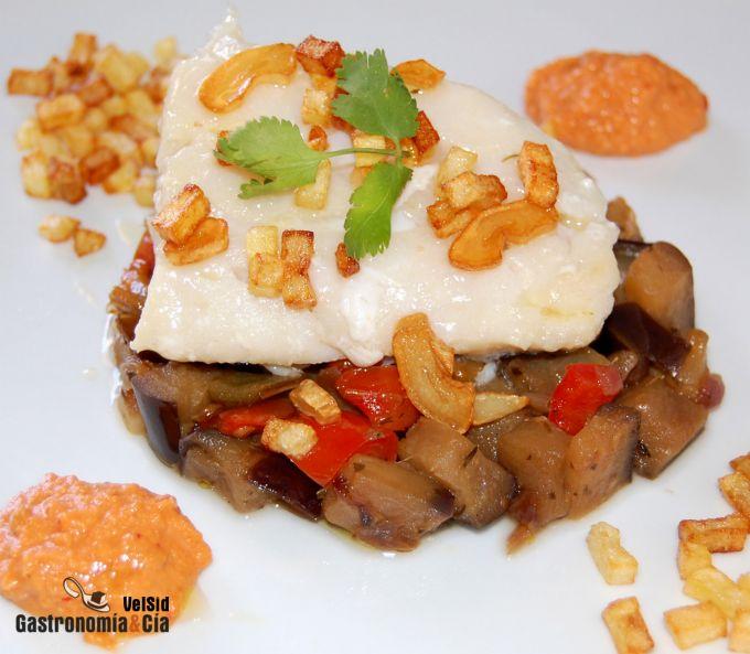 Bacalao con pisto y salsa romesco