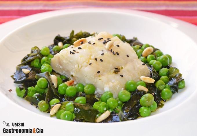 Bacalao con alga wakame y guisantes