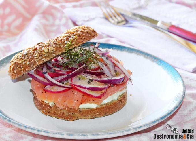 Bagel con ricotta, salmón ahumado y un toque de wasabi