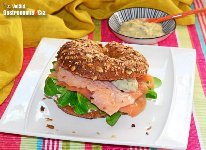 Bagel de salmón ahumado a la llama con salsa tártara