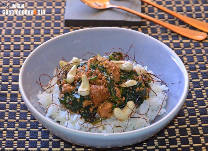 Arroz basmati con espinacas, tofu y salsa kimuchi