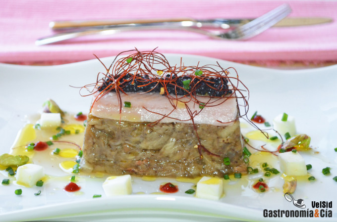 Berenjena asada con anguila ahumada y perlas de anchoa
