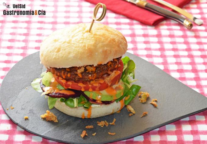 Hamburguesa vegana con remolacha, aguacate y Sriracha m