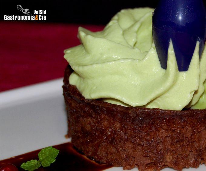 Bizcocho de chocolate al ron con espuma de té matcha