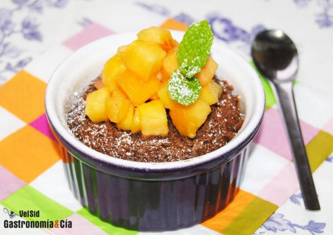 Bizcocho de chocolate con melocotón natural y Amaretto