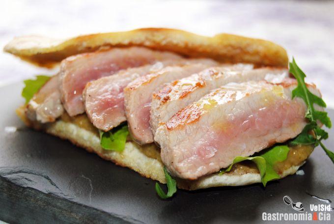 Secreto de cerdo con salsa de pera y rábano picante en