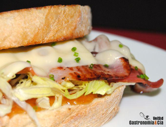 Bocadillo de bacon y queso maasdam