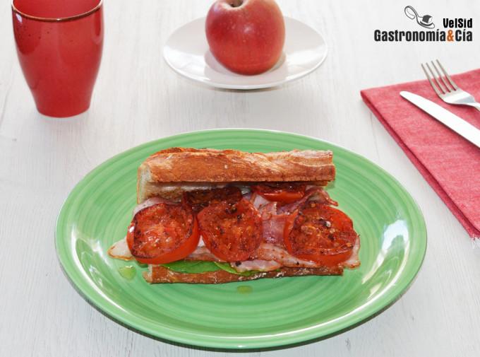 Bocadillo de bacon ahumado y tomate a la plancha