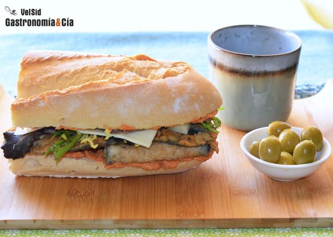 Bocadillo de berenjena rebozada con queso, anchoas y sa