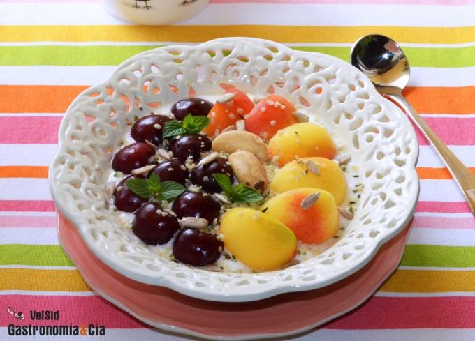 Bol de queso fresco con albaricoques, cerezas y semilla