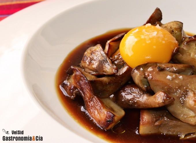Hongos con jugo de carne y huevo