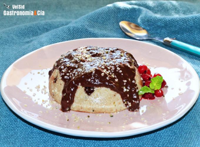 Bowl cake vegano con chips y salsa de chocolate