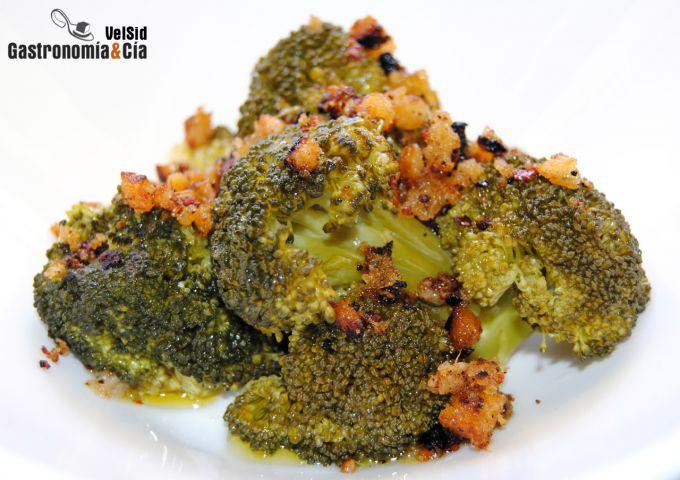 Brócoli con panagrattato de sésamo, jengibre y chi