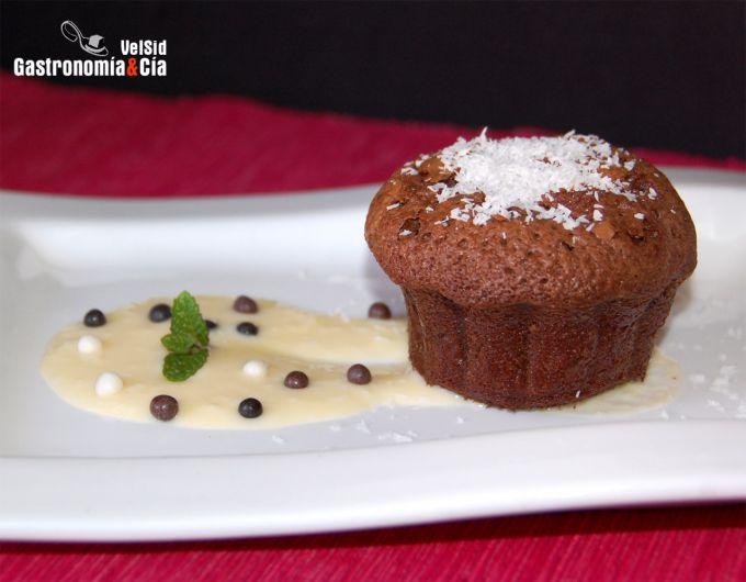 Brownie de chocolate al ron con crema de coco