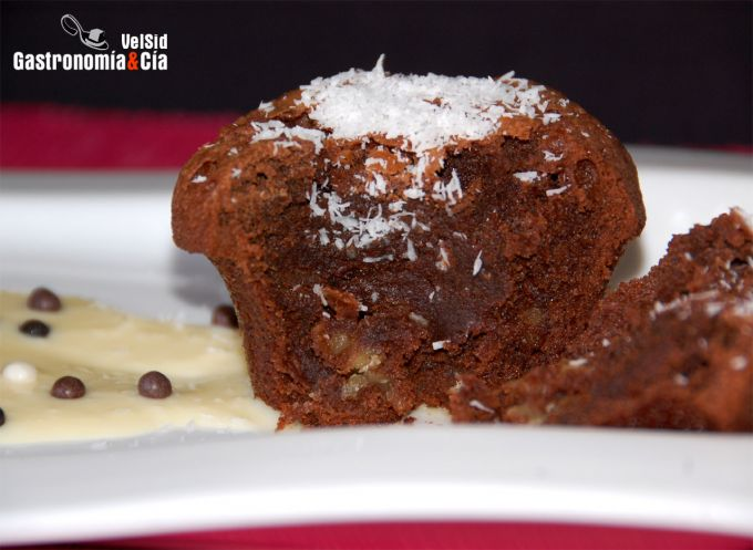 Brownie de chocolate al ron con crema de coco