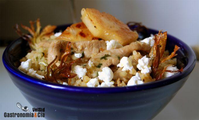Bulgur con lomo marinado, piña y chips de alcachofa