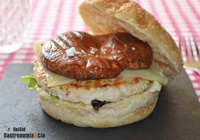 Hamburguesa de pollo con níscalos y salsa toum