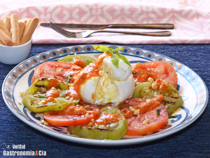 Burrata avec tomate verte grillée et sauce romesco