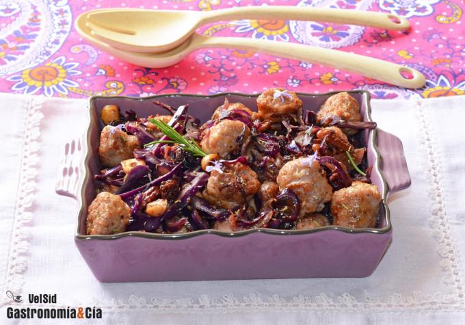 Butifarra fresca con col lombarda, pasas y frutos secos