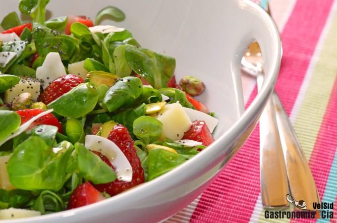 Ensalada de canónigos, fresas y queso manchego