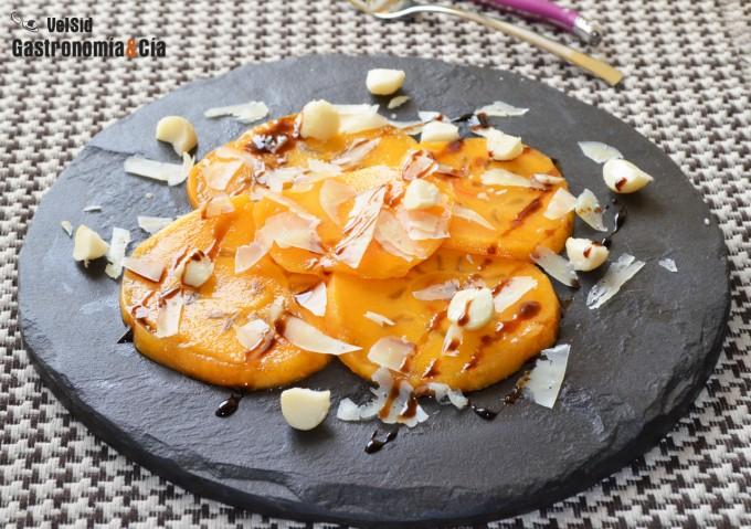 Caqui con queso manchego y nueces de macadamia