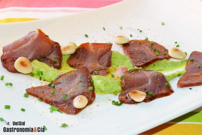 Carpaccio de atún ahumado con salsa de aguacate