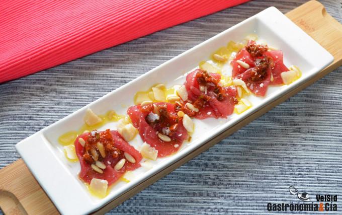Carpaccio de buey con vinagreta de tomate seco y piñone