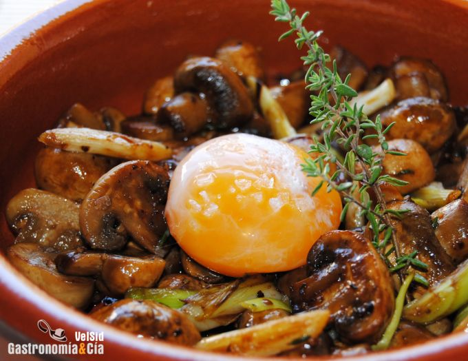 Cazuelita de champiñones con yema de huevo escalfado